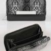 Svart plånbok med ormskinnsmönster